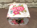 Цены на Шкатулка из дерева TL3319 Цветы Шкатулка дополнит любой интерьер и послужит хорошим подарком. Шкатулка хорошо закрывается на замочек. Натуральные материалы,   использованные для изготовления этой шкатулки,   будут радовать ваш глаз. На фото показана шкатулка